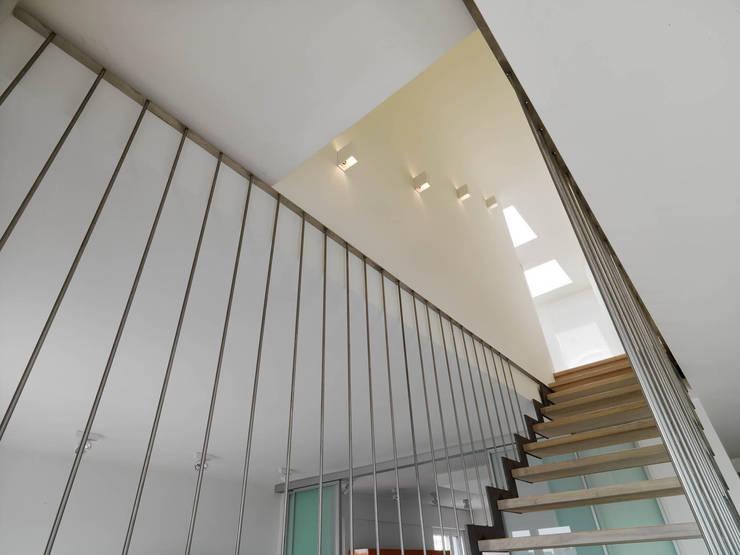 Corridor & hallway by enzoferrara architetti