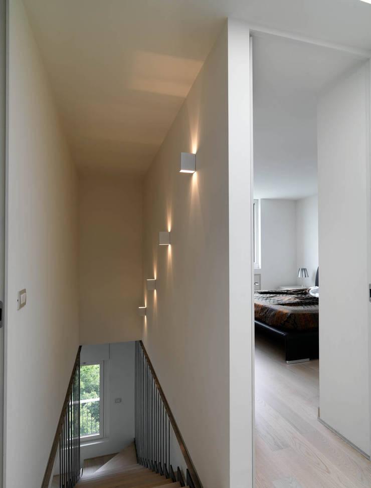 Recupero Sottotetto – Duplex 2: Ingresso & Corridoio in stile  di enzoferrara architetti