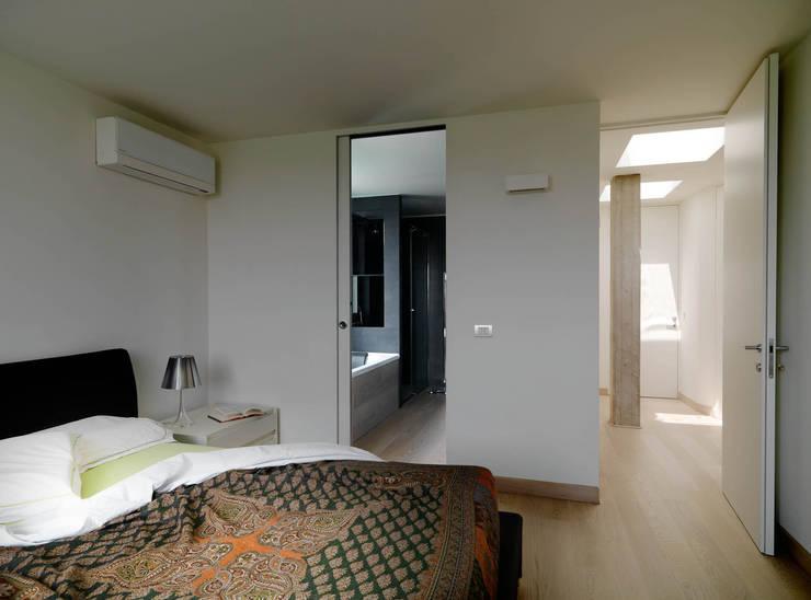 Recupero Sottotetto – Duplex 2: Camera da letto in stile  di enzoferrara architetti