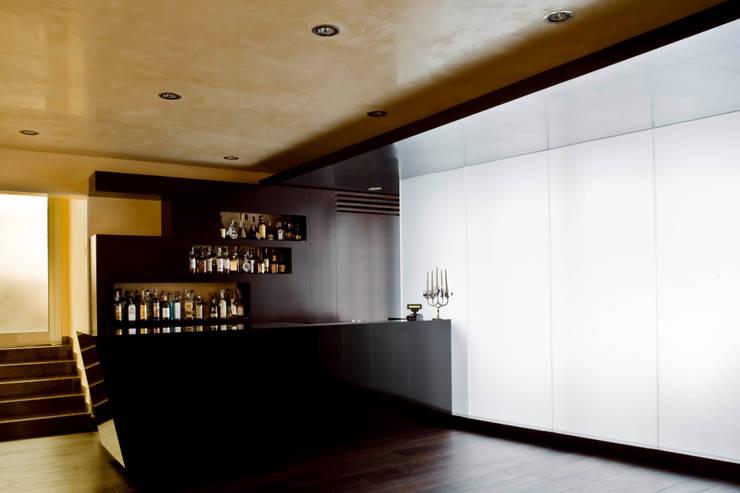 Nuovo bar hotel Plaza: Pareti in stile  di EXiT architetti associati