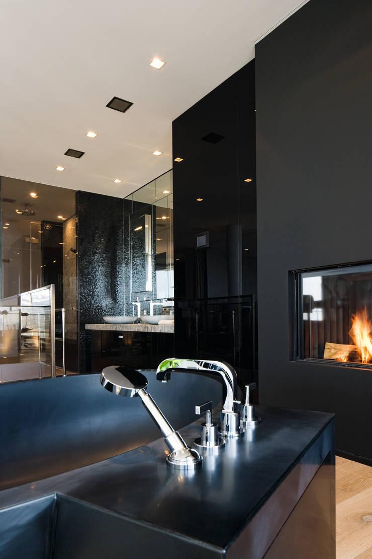 Baños de estilo moderno por Davide Rizzo