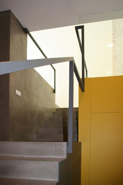 Casa unifamiliare a Barcellona (Spagna): Ingresso & Corridoio in stile  di PBEB architetti