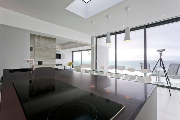 AR Design Studio- Lighthouse 65:  Dining room by AR Design Studio