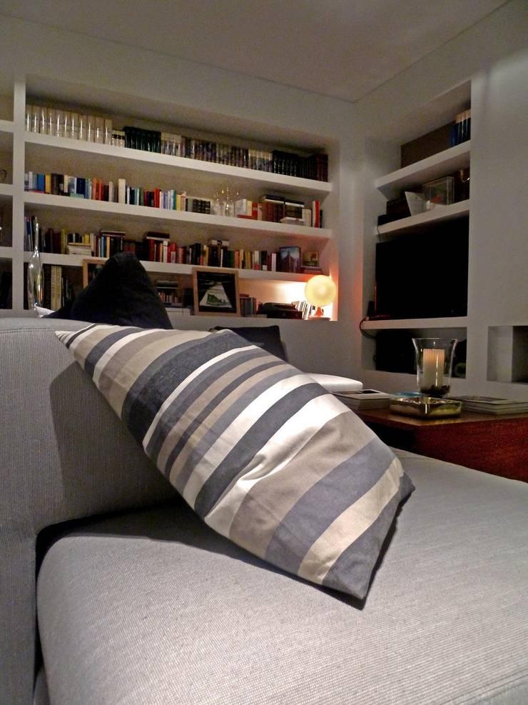 Living: Soggiorno in stile  di Blocco 8 Architettura