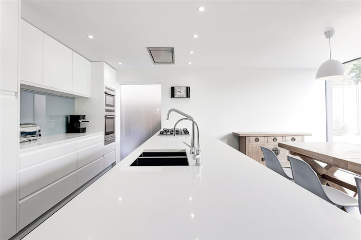 AR Design Studio- The Medic's House:  Kitchen by AR Design Studio