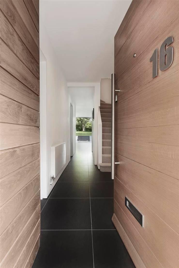 AR Design Studio- The Medic's House:  Corridor & hallway by AR Design Studio