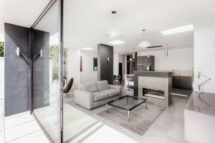 AR Design Studio- Elm Court:  Living room by AR Design Studio