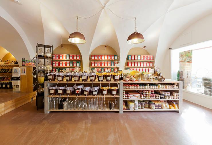 Laden im Vorderhaus:  Ladenflächen von Peter Haimerl . Architektur