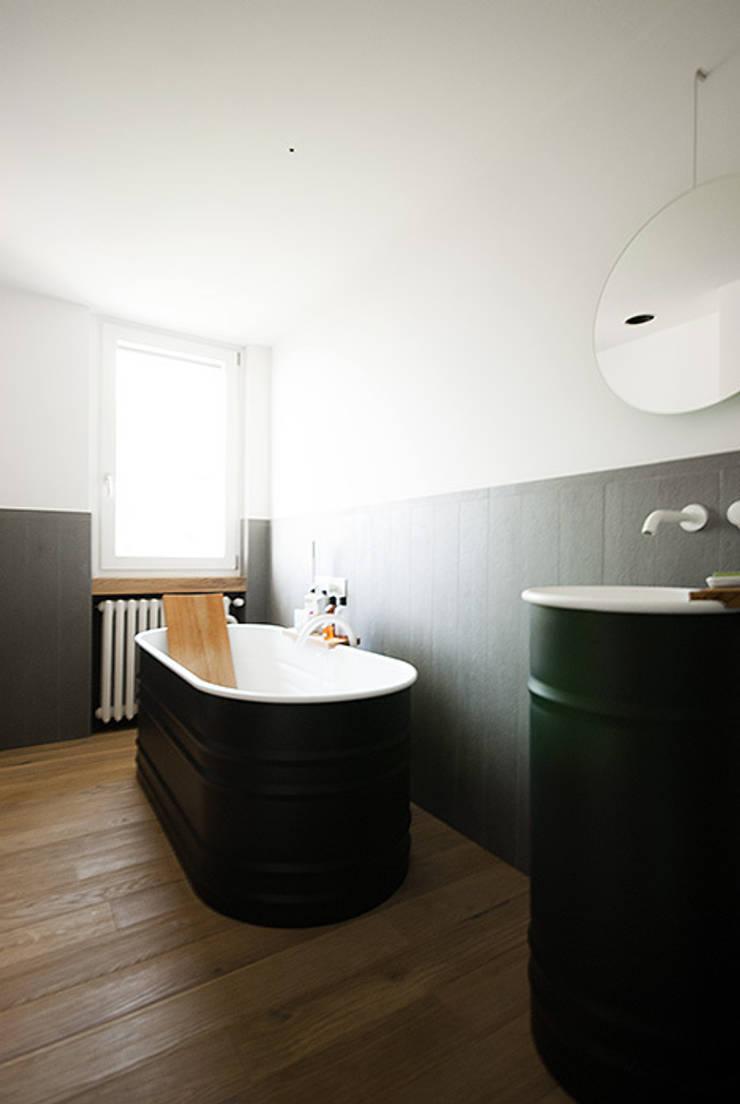 wood and iron apartment: Bagno in stile in stile Mediterraneo di LCArchitetti