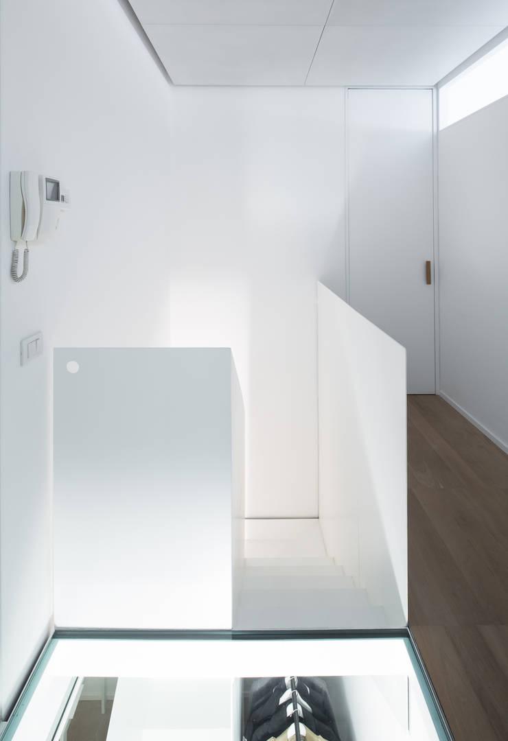 Pasillos y hall de entrada de estilo  por Arch. Nunzio Gabriele Sciveres