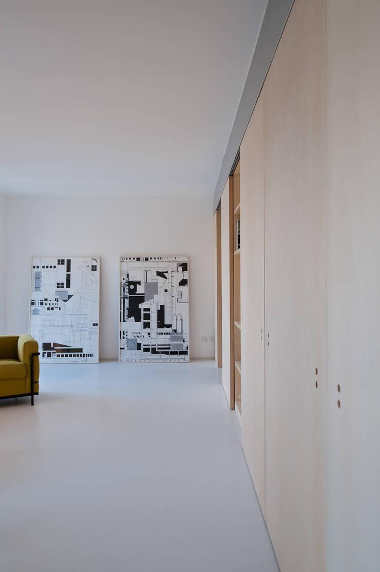 Casa SZP: Soggiorno in stile  di Arch. Nunzio Gabriele Sciveres