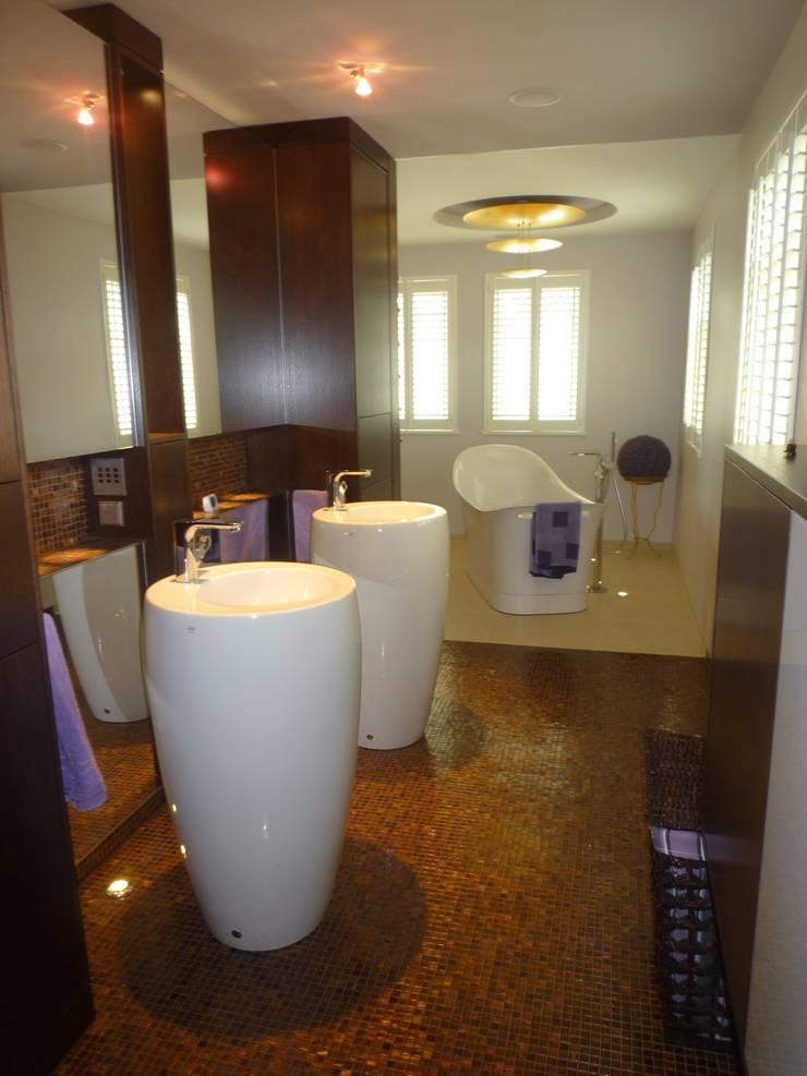 Umbau eines Einfamilienhauses in Brandenburg:  Badezimmer von INNEN :: LEBEN,Modern