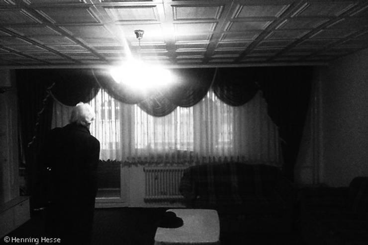 Davor: moderne Wohnzimmer von Alexander John Huston