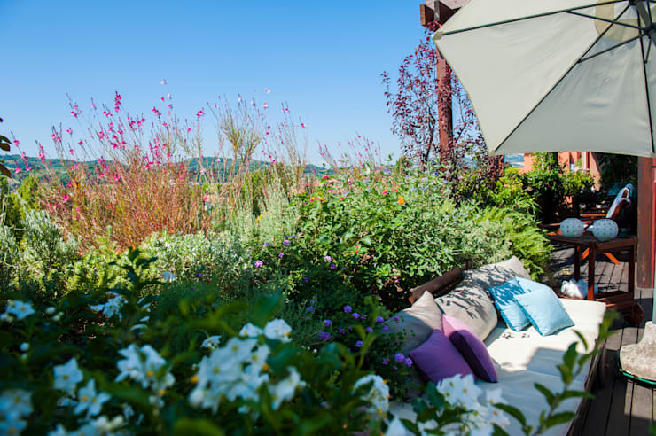 Una terrazza tutta da vivere: Terrazza in stile  di Giardini Giordani