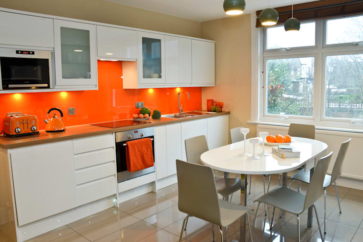 A Bright and Breezy Kitchen: modern Kitchen by Cathy Phillips & Co