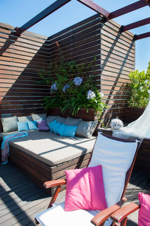 Una terrazza tutta da vivere: Tetto piano in stile  di Giardini Giordani