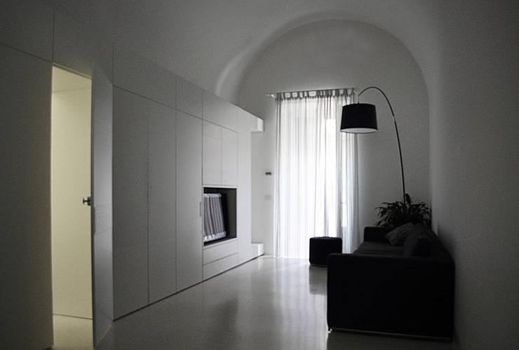 Casa CM: Soggiorno in stile in stile Mediterraneo di (dp)ªSTUDIO
