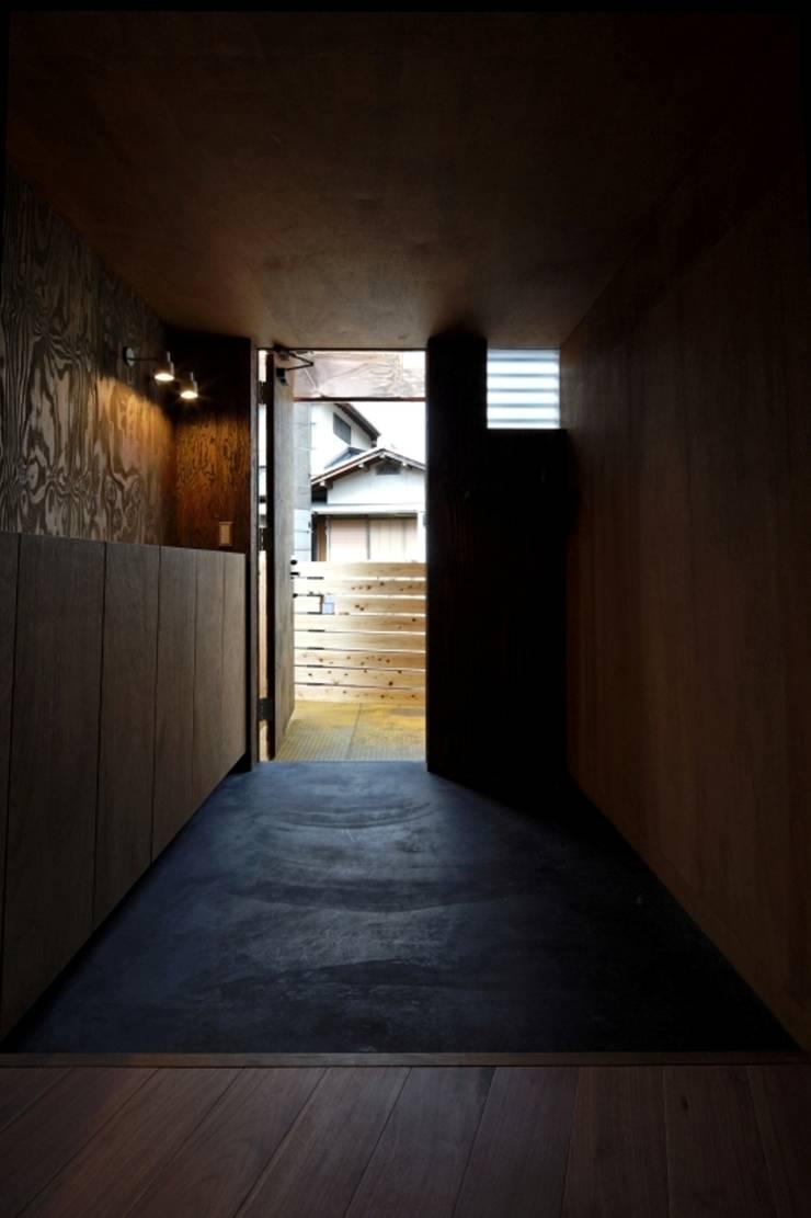 ヤネウラウラ: eu建築設計が手掛けた廊下 & 玄関です。