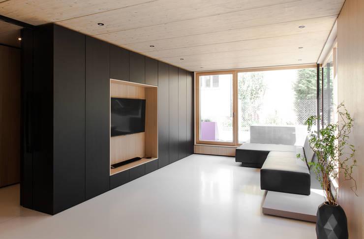 House B:  Wohnzimmer von FORMAT ELF ARCHITEKTEN