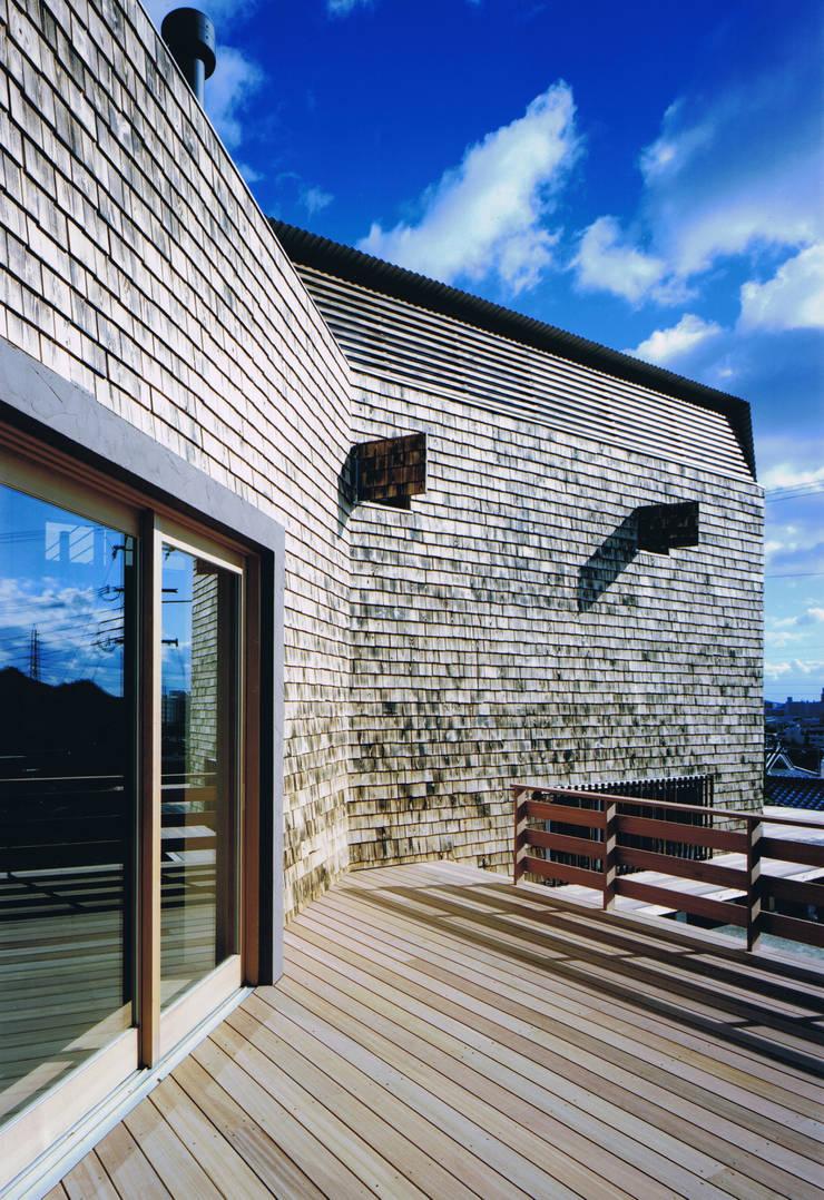 House Outsider Art: eu建築設計が手掛けたテラス・ベランダです。,オリジナル