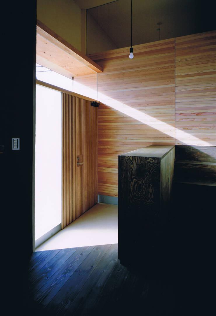 House Outsider Art: eu建築設計が手掛けた廊下 & 玄関です。,オリジナル