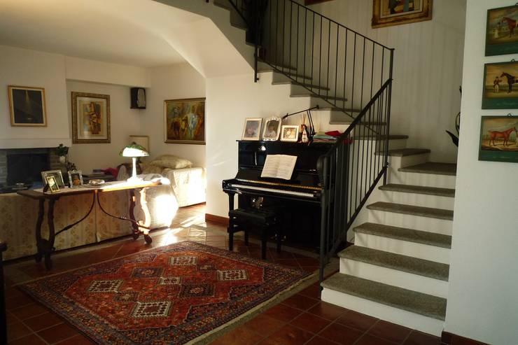 scala soppalco: Ingresso, Corridoio & Scale in stile  di Studio 3.14