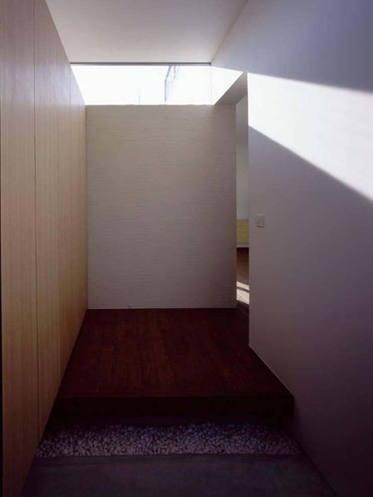 松が丘の家: 小田裕二建築設計事務所が手掛けた壁です。
