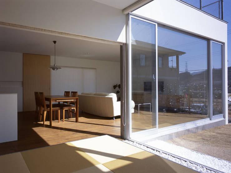 松が丘の家: 小田裕二建築設計事務所が手掛けたリビングです。
