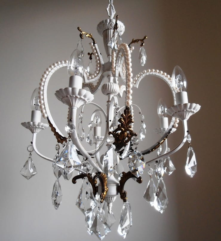 White chandelier with faux pearls: Soggiorno in stile  di Milan Chic Chandeliers