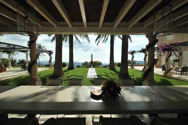 Amplitud: Terrazas de estilo  de Fincas Cassiopea Group