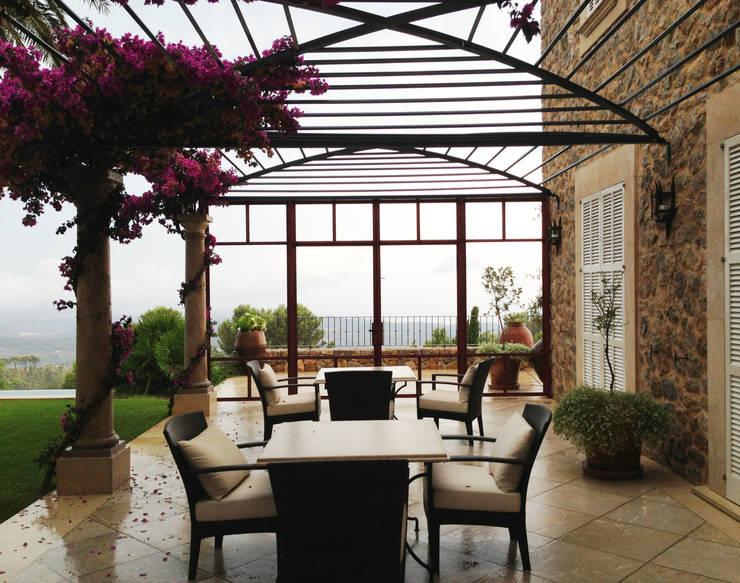 interior-exterior: Terrazas de estilo  de Fincas Cassiopea Group