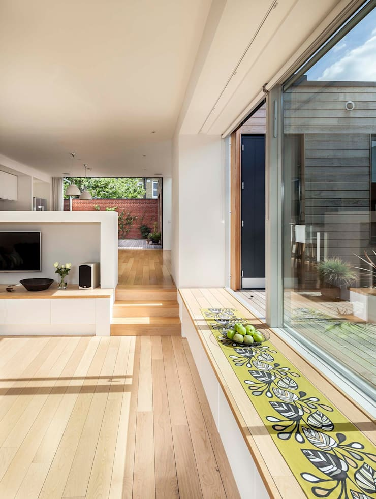 Courtyard House — East Dulwich:  Living room by Designcubed