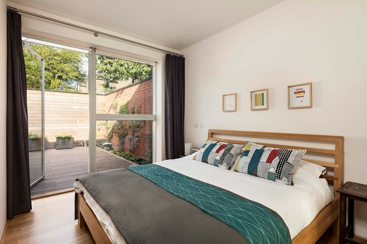 Courtyard House  -  East Dulwich:  Bedroom by Designcubed
