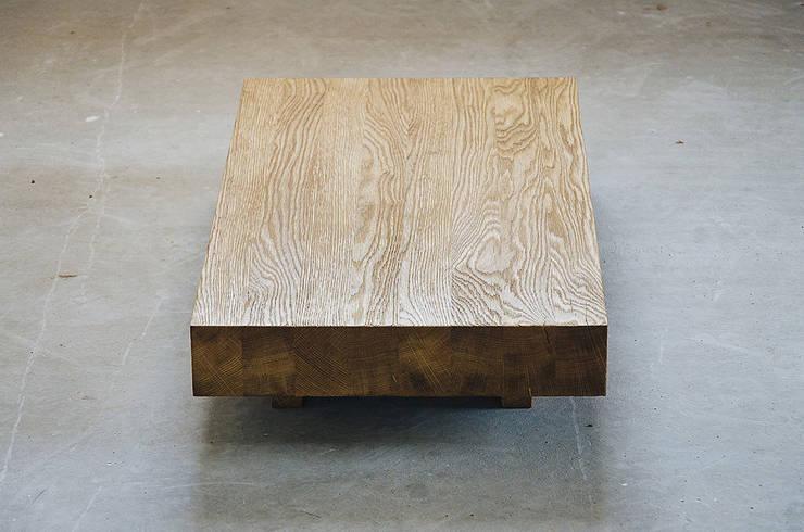 Kakuzo tea table: Soggiorno in stile  di SUNDAYMORNING