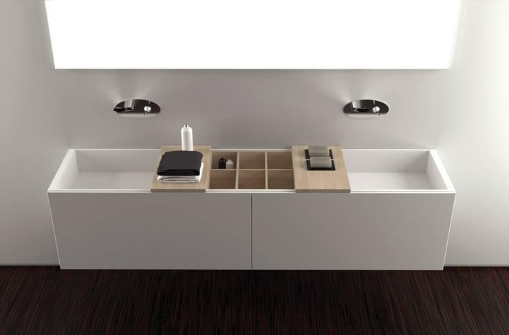 Coppie felici con il mobile bagno con doppio lavabo