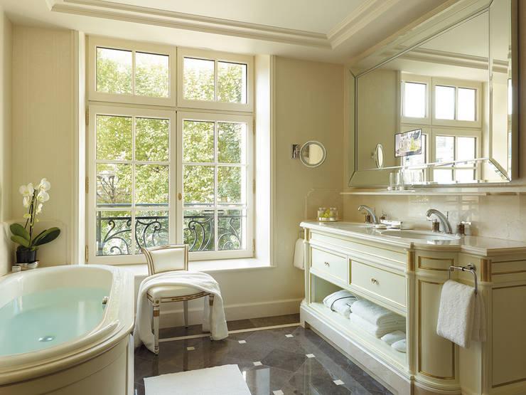 Téléviseurs d'Exception pour hôtels et palaces : Salle de bain de style  par AGATH