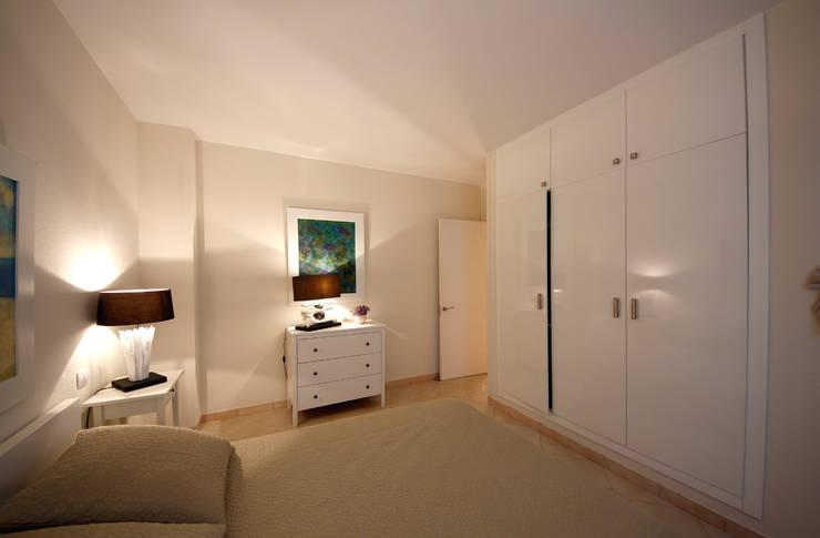 Camera da letto - verso l'ingresso: Camera da letto in stile  di Marco Barbero