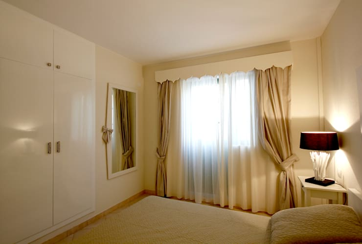 Camera da letto, verso la finestra: Camera da letto in stile  di Marco Barbero