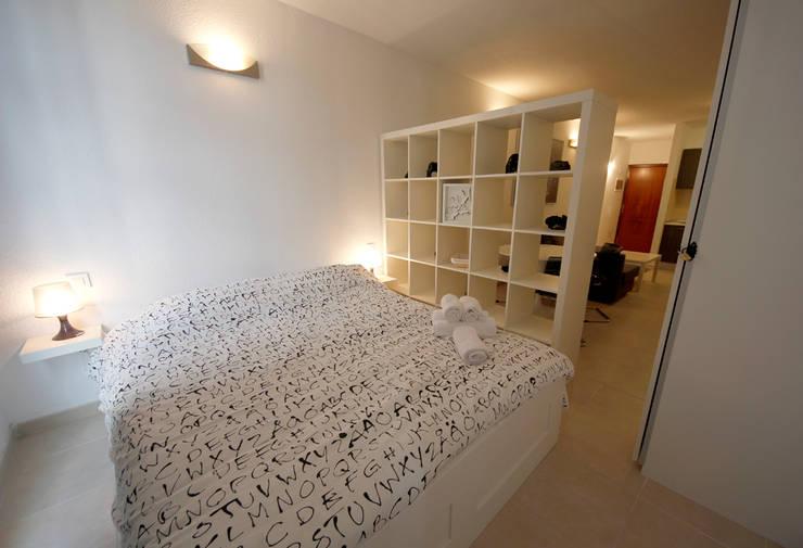 Vista sull'appartamento - verso l'ingresso: Camera da letto in stile  di Marco Barbero