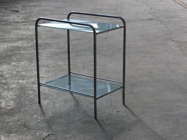 Beistelltisch aus Metall und Glas:  Flur & Diele von works berlin,Industrial