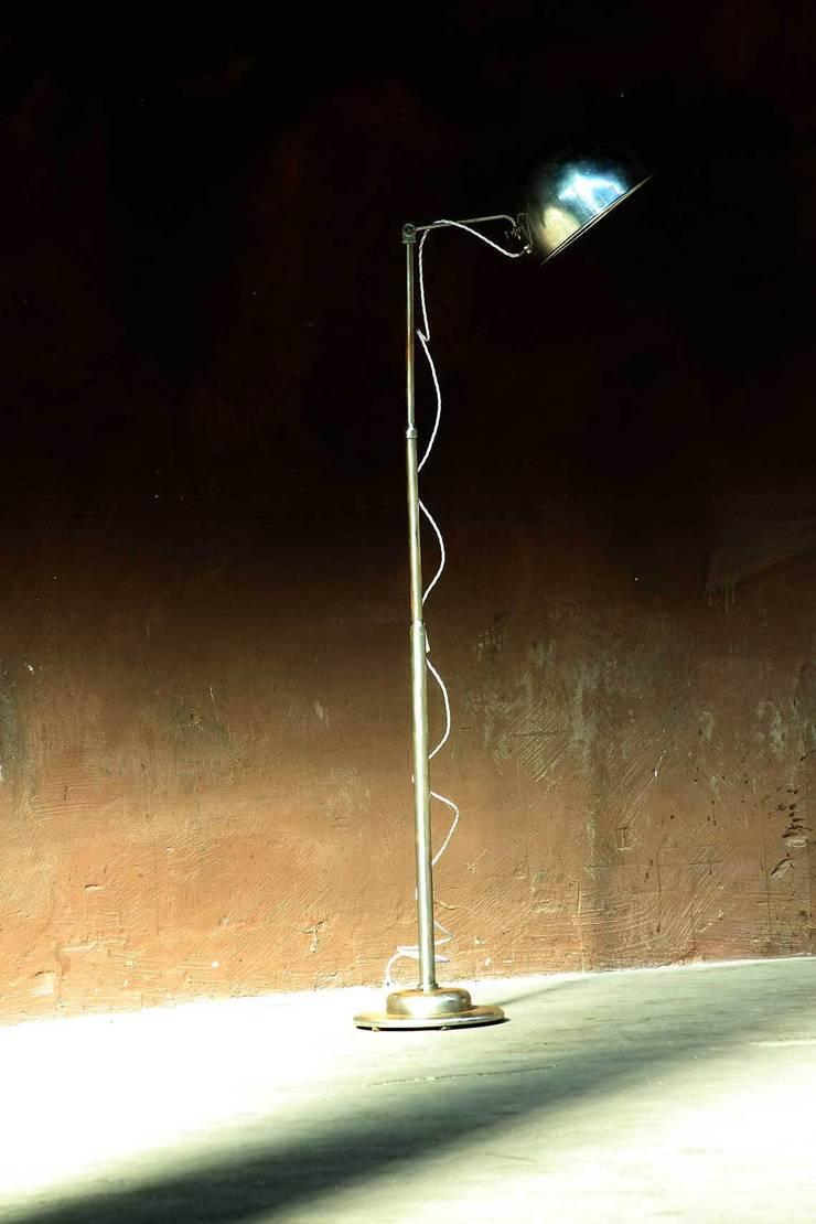 eine alte Metallstehlame - ein Eye-catcher in jedem Raum!:  Flur & Diele von works berlin,Industrial