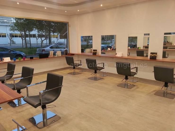 Reforma de local convertido en peluquería.: Salones de estilo  de MUMARQ ARQUITECTURA E INTERIORISMO