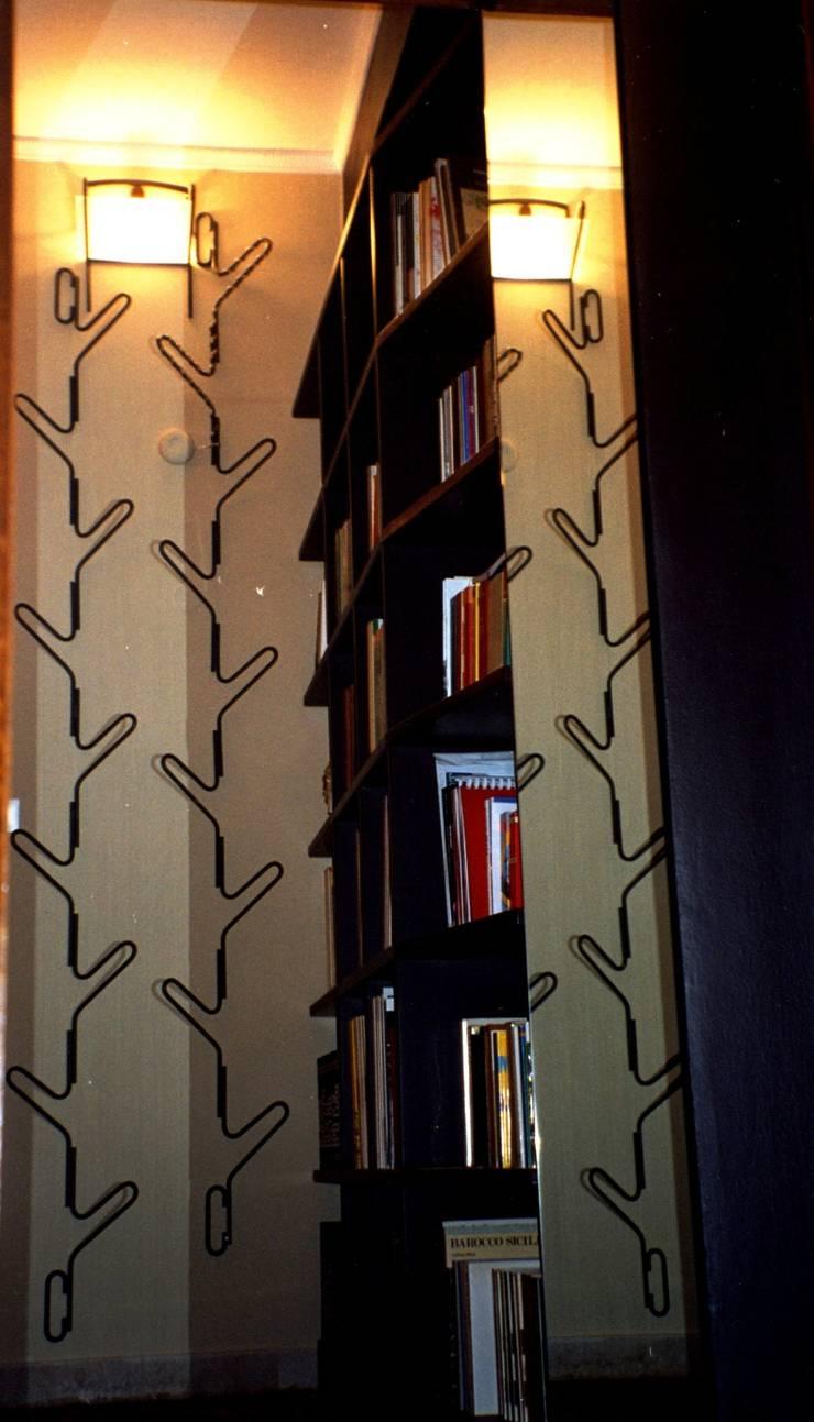Vestíbulos, pasillos y escaleras de estilo  por GIUSEPPE SCUDERI