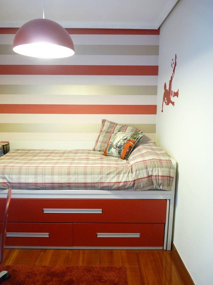 Una habitación juvenil para un joven gran seguidor del Athletic de Bilbao: Dormitorios infantiles de estilo  de Dec&You