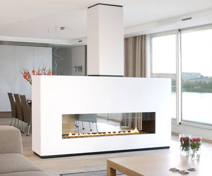 cheminée rectangulaire en verre et metal: Salon de style de style Industriel par Bloch Design