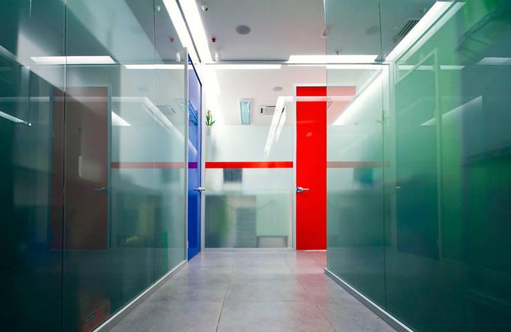Ad ogni istante una porta si apre: Studio in stile  di FèRiMa architetti russo