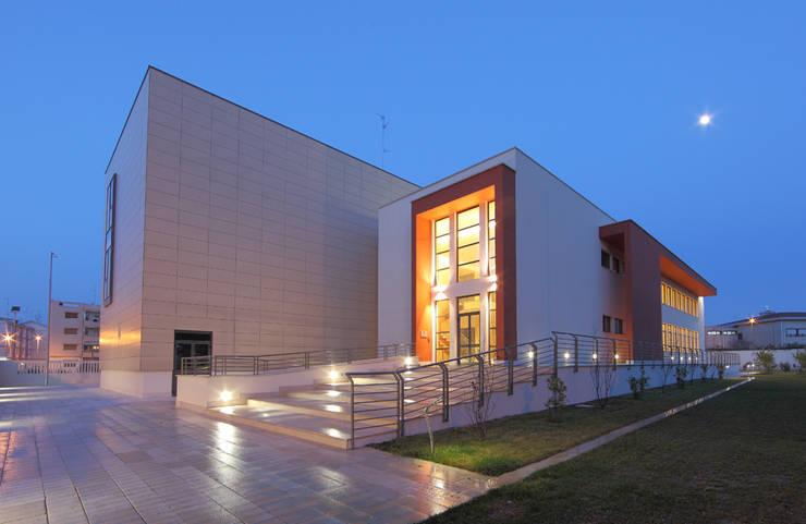 Centro Sociale Polifunzionale : Sedi per eventi in stile  di FèRiMa architetti russo