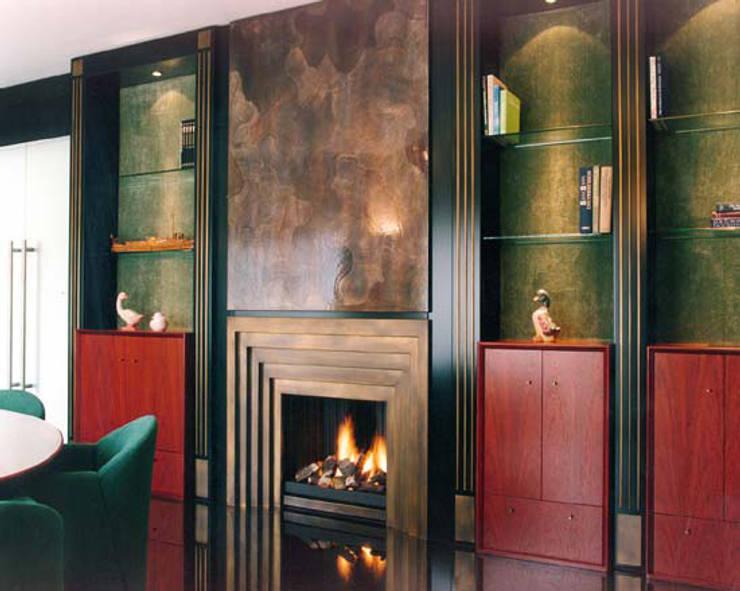 Cheminée Art Déco: Salon de style  par Bloch Design