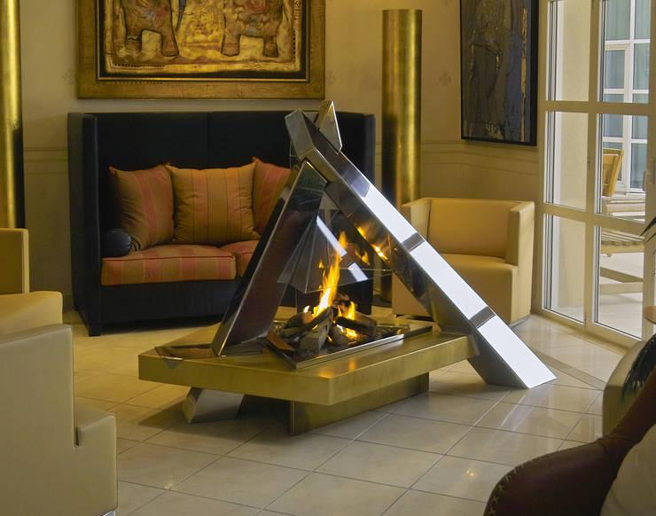 cheminée <q>feu de camp</q>: Salon de style de style Moderne par Bloch Design