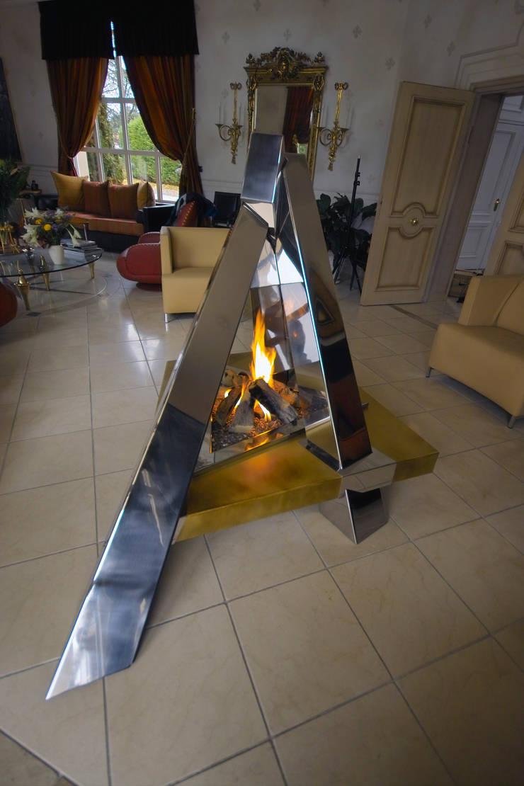 """cheminée """"feu de camp"""": Salon de style de style Moderne par Bloch Design"""